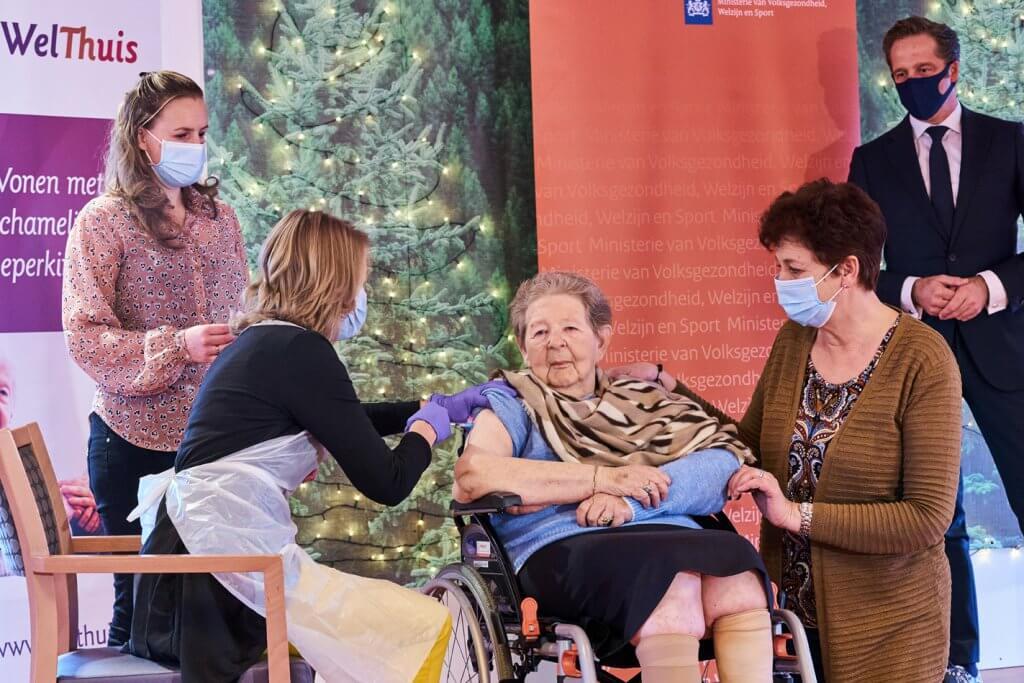 Mevrouw Roos uit WelThuis woonzorgcentrum Buytenhaghe in Zoetermeer kreeg vanmorgen in aanwezigheid van minister Hugo de Jonge haar eerste Moderna-vaccinatie tegen het coronavirus van huisarts Aline Pikaar